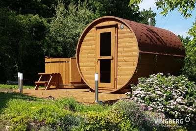 Sauna typu beczka w ogrodzie