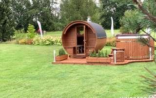 Zestaw ogrodowy Akka Comfort (drewniana sauna i balia) na polu golfowym