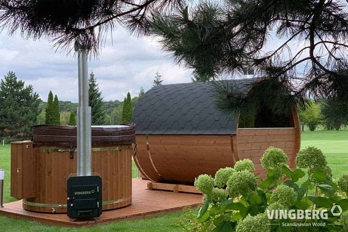 Akka Comfort set in the garden with hot tub and sauna