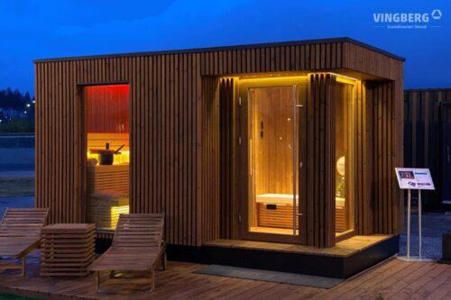 Moderne Außensauna aus ThermoWood mit LED-Beleuchtung