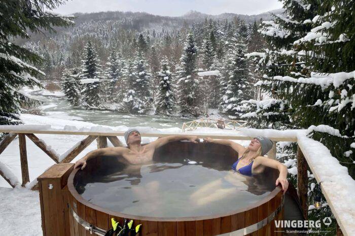 Kąpiel w balii ogrodowej zimą - VINGBERG