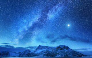 Góry i gwiazdy w nocy