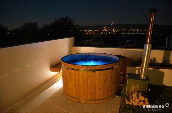 Balia Vingberg ThermoWood® z piecem zewnętrznym opalanym drewnem, z systemem jacuzzi, podświetlenie niebieskie