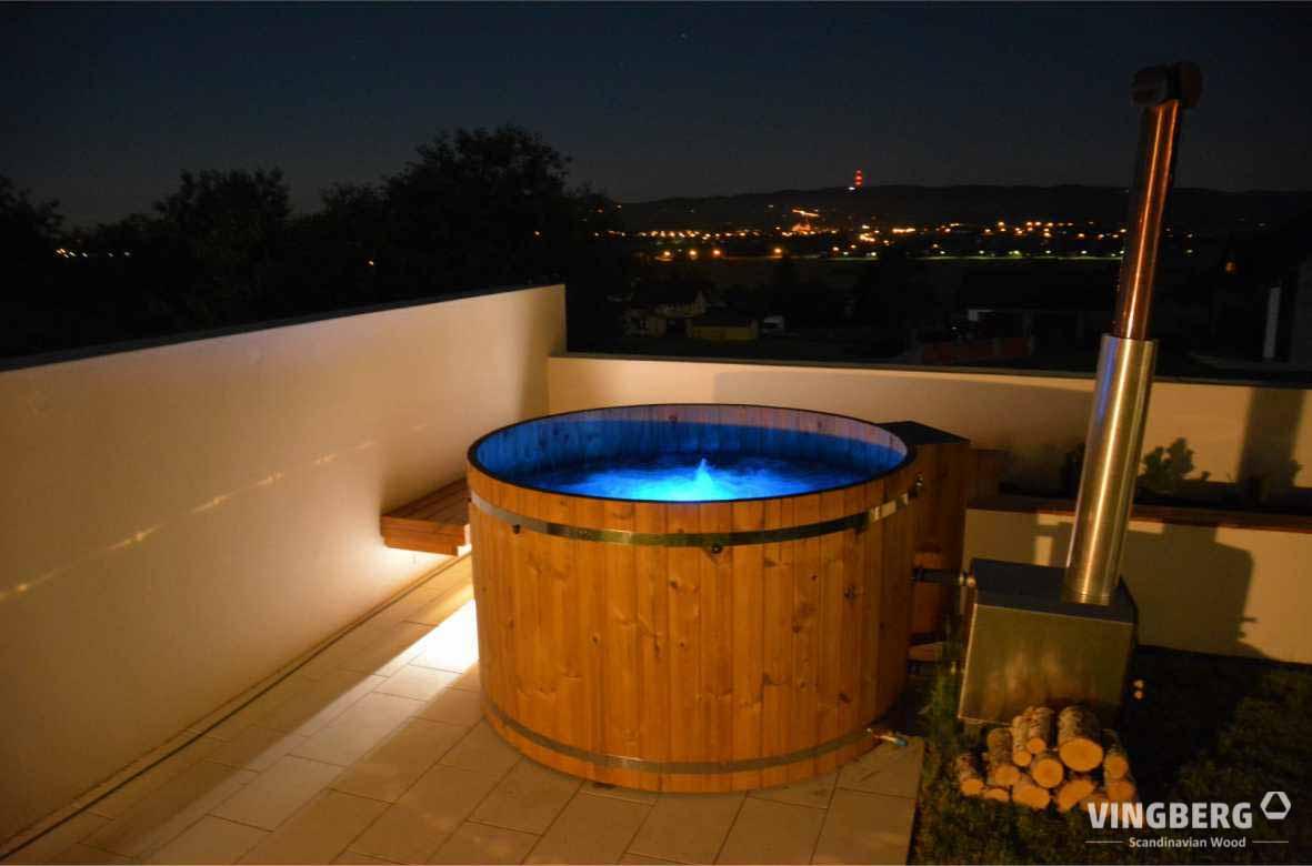 Balia ogrodowa z ThermoWood® z piecem zewnętrznym opalanym drewnem, z systemem aeromasażu, podświetlenie niebieskie