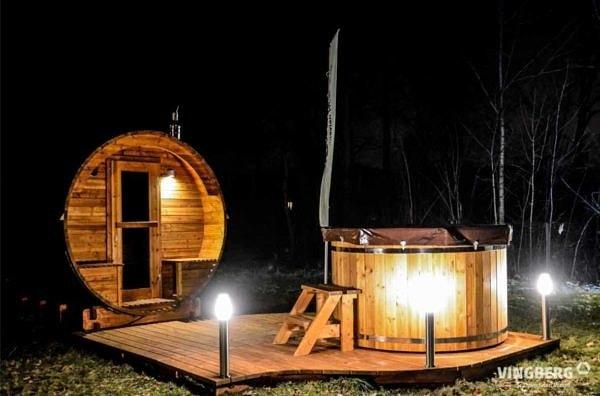 Zestaw Akka Comfort ThermoWood®: sauna Akka #280, balia Norra #185 - ujęcie nocą