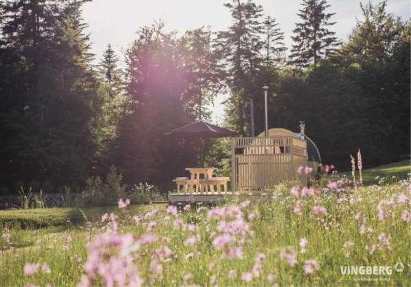 Zestaw Akka Comfort ThermoWood® w aranżacji łąki kwietnej.