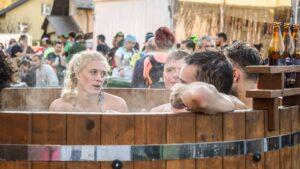 Uczestnicy Maratonu Łemkowyna Ultra Trail podczas kapieli w balii ogrodowej