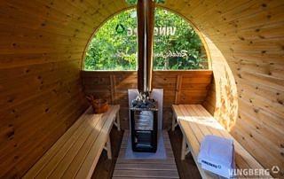 Wnętrze sauny ogrodowej wykonane z termowanej sosny skandynawskiej