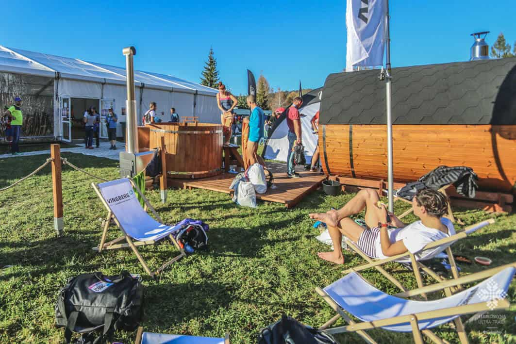 Sportowcy dbający o regenerację w saunie i balii ogrodowej