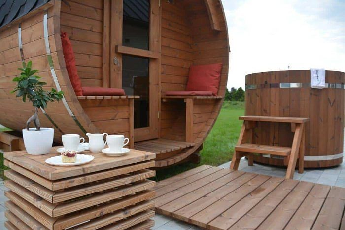 Barrel Sauna Akka #280 with a table and cool tub
