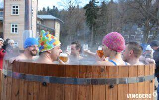 Gorąca kąpiel w balii ogrodowej