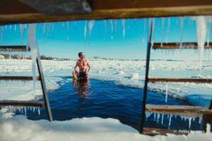Publiczna sauna w Helsinkach, otwór w lodzie