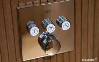 Sauna nowoczesna, wnętrze. Podtynkowy system prysznicowy