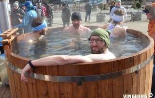 Relaks zawodników maratonu po biegu w gorącej balii kąpielowej