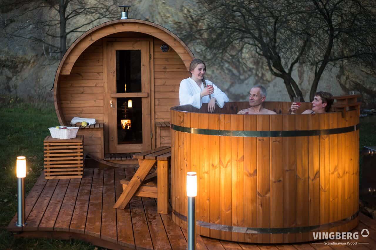 Sauna i balia ogrodowa z przestrzennym tarasem w zestawie.