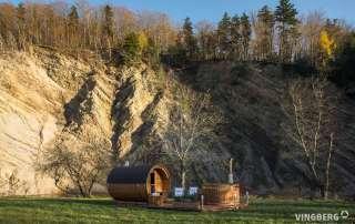 Zestaw Akka Comfort na tle skał i drzew z oddalenia